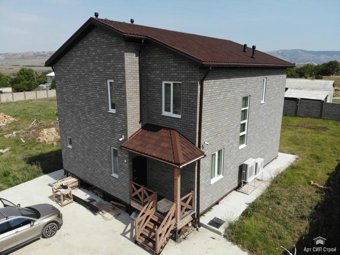 Вентилируемый фасад из битумной плитки HAUBERK на доме из СИП панелей